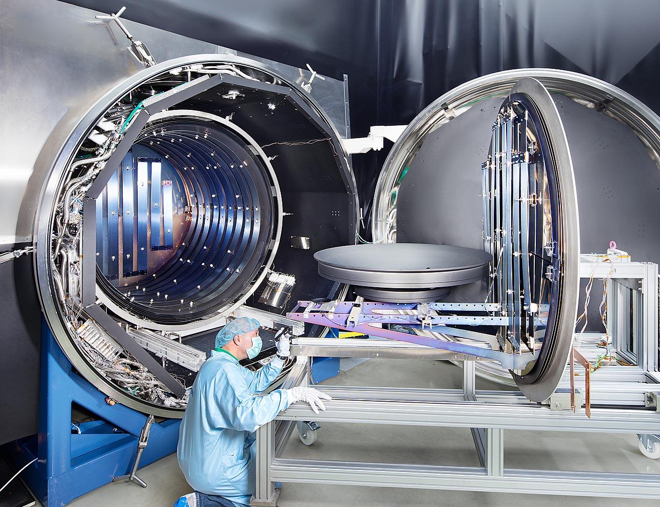 Industriefoto einerHochtemperaturkammer mit Antenne unter Reinraumbedingungen