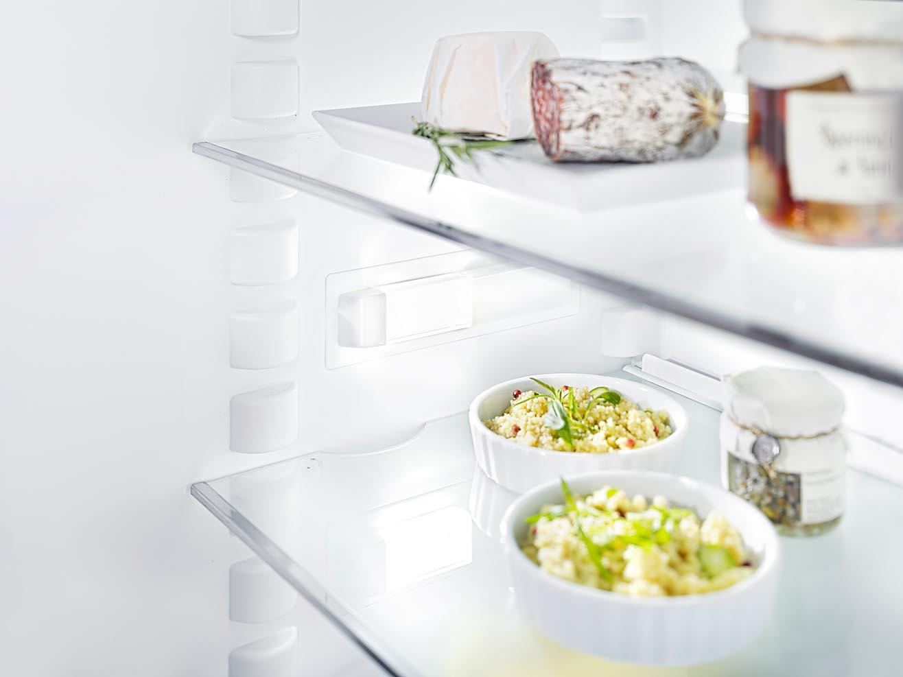 Foto eines Kühlschrankdetails mit Lebensmitteln. Innenbeleuchtung fotografiert mit Fachkamera und bewusster Schärfe-Verlagerung