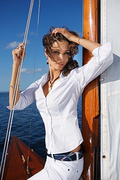Modelfotografie auf einem Segelboot für Werbung