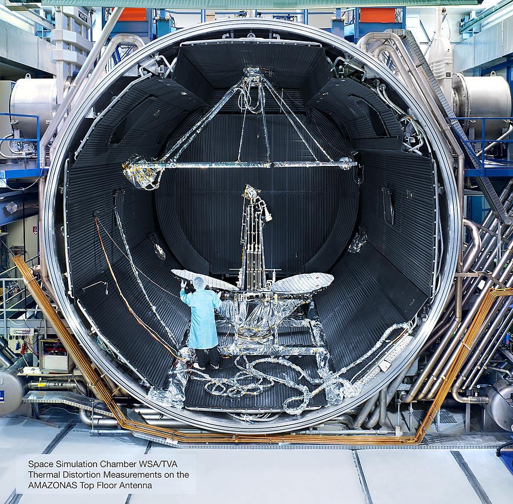 Vorbereitung einer Antenne in Klimakammer zur Weltraumsimulation